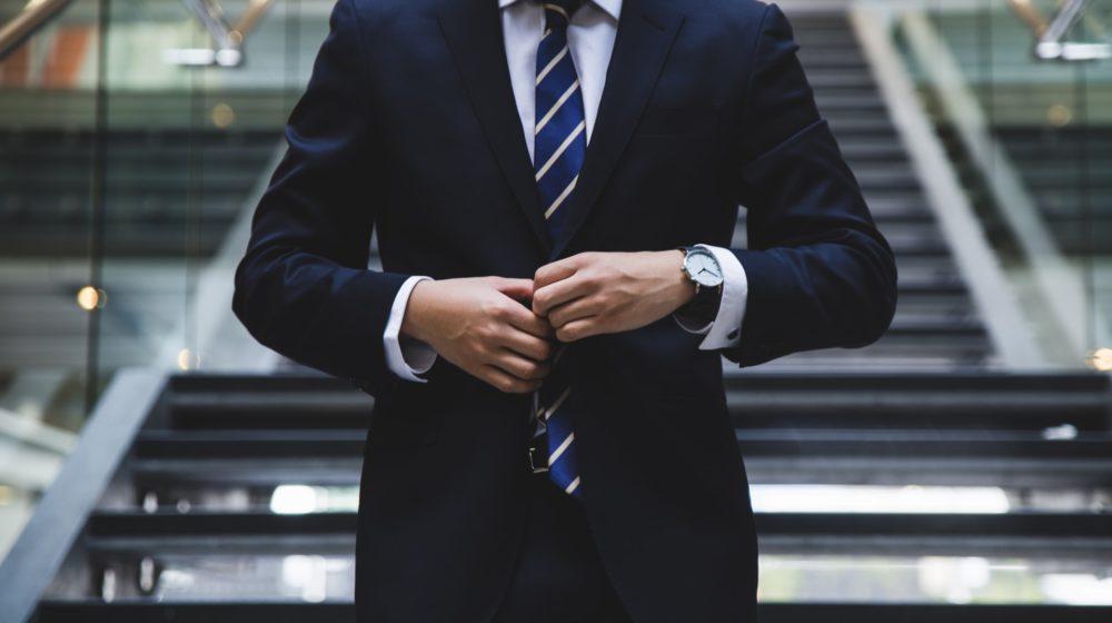 スーツに合う色の腕時計とは?ビジネスマンの腕時計選び方の解説